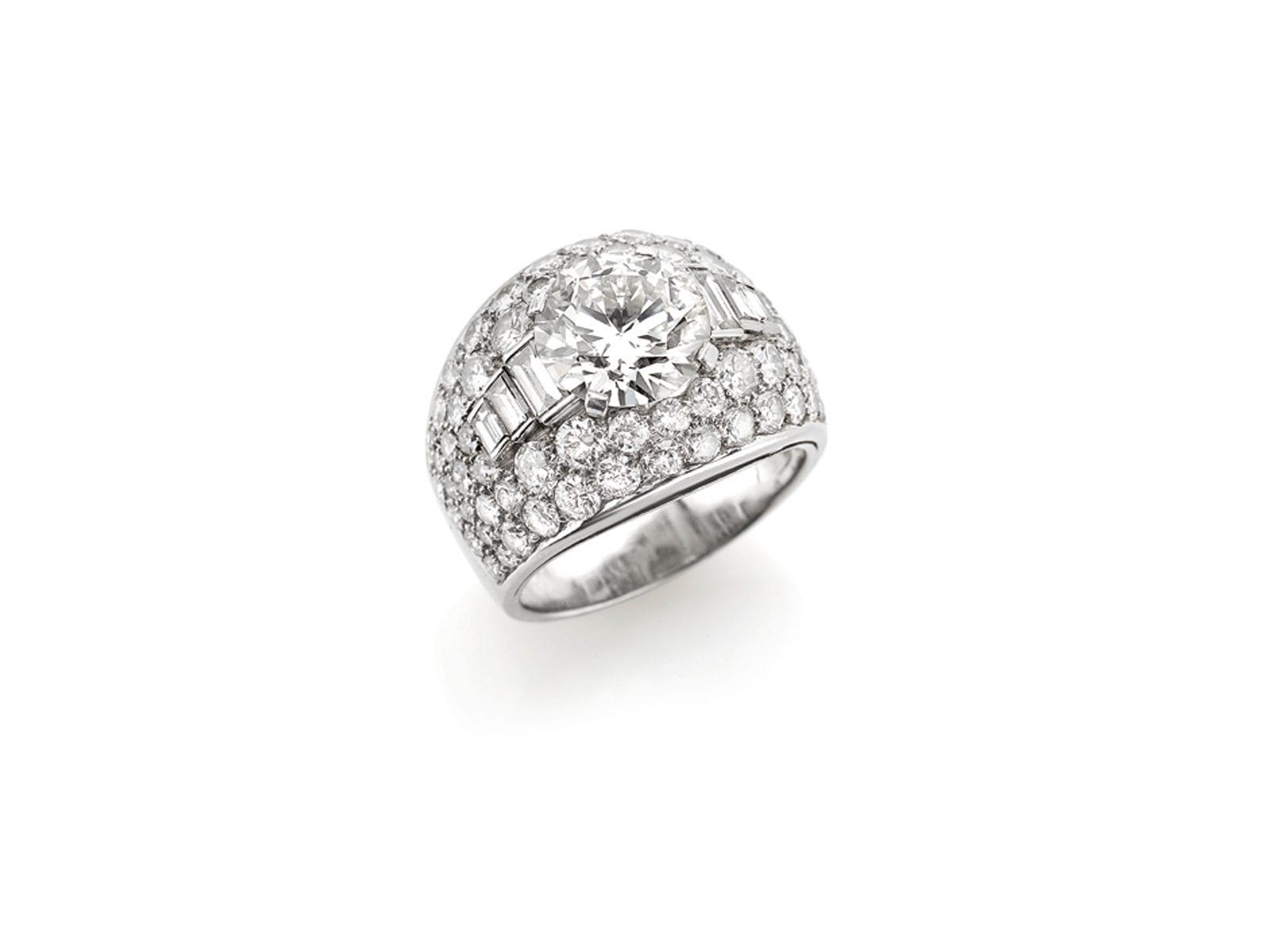 Anello in platino punzonato BVLGARI con diamante centrale old cut del peso di circa 3ct contornato da diamanti taglio brillante e baguette del peso complessivo di circa 3ct